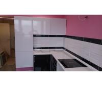 Кухня с фасадами МДФ Пластик , размер 1800х2450 мм.